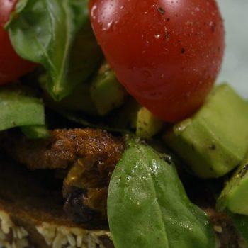 Zapečené zemiaky s rajčinami a avokádovýchlebík