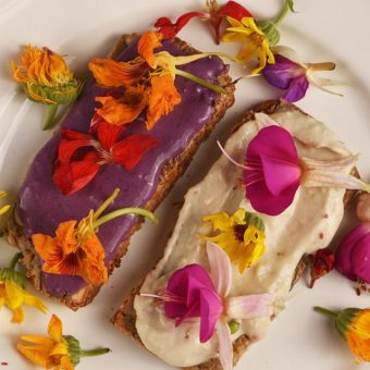 Čistozrnný chlebík, avokádový ačernicový krém