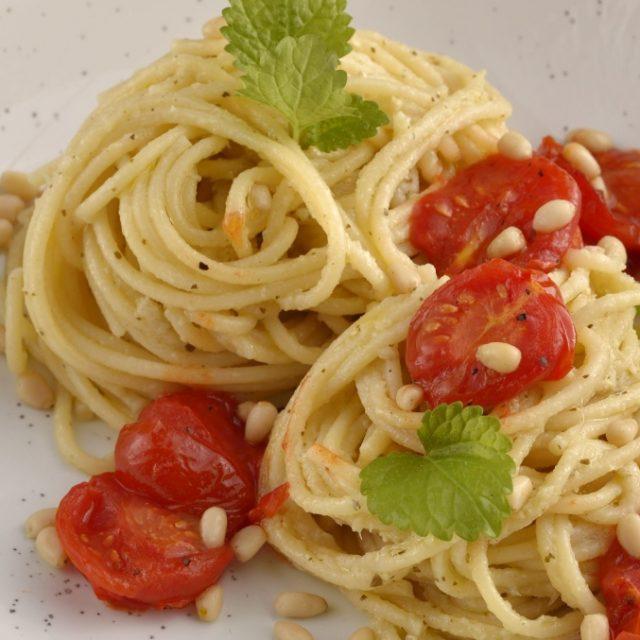 Špagety s bambusovým pestom, cherry paradajkami a bazalkou