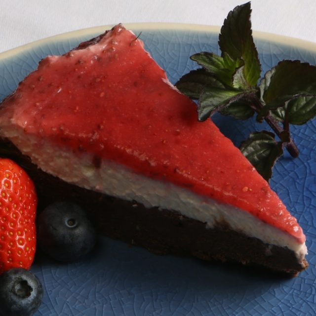 Čoko torta bez múky s kokosovým krémom a jahodovým topingom