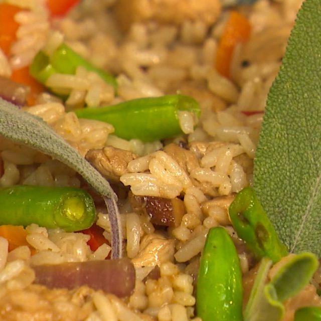 Restované bravčové mäso so zeleninou, hubami a jasmínovou ryžou