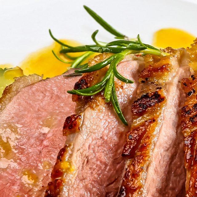 Kačacie prsia s gratinovanými zemiakmi so špenátom