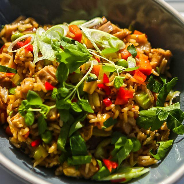 Pražená ryža s pečeným bôčikom